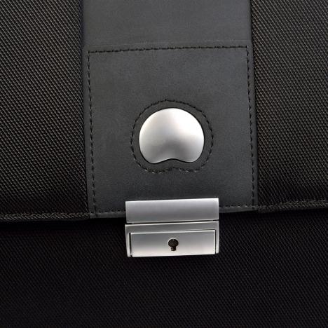نمای نزدیک از لوگو کیف لپ تاپ دلسی مدل Bellecour