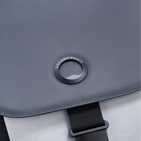 کوله-پشتی-دلسی-مدل-securflap-نقره-ای-202061011-نمای-لوگو-دلسی